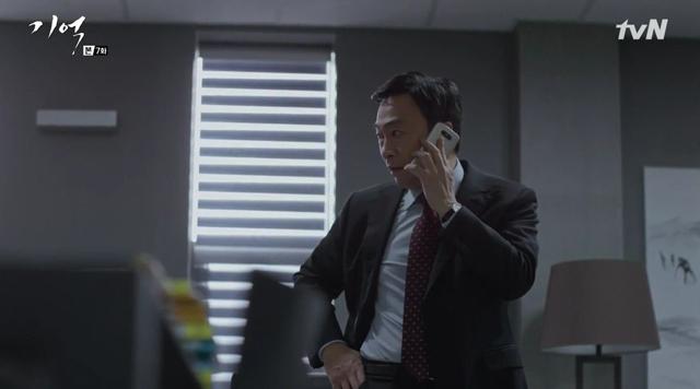 tvN 드라마 '기억'에서 배우 이성민이 G5로 통화를 하고 있는 모습입니다.