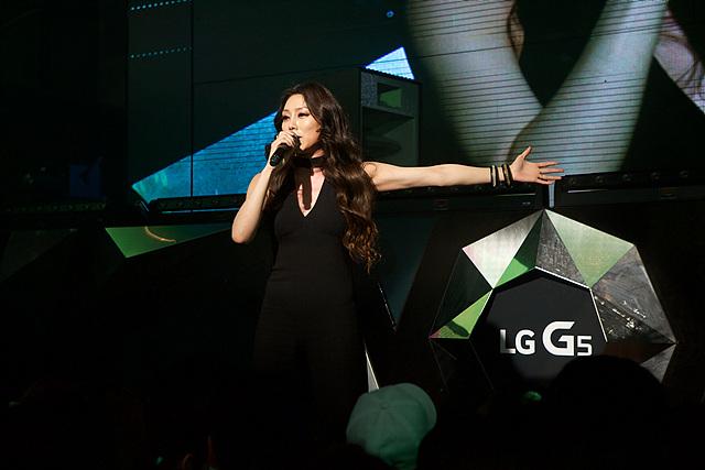 LG G5 론칭 파티에서 노래 부르는 차지연