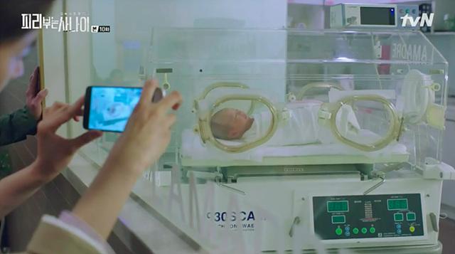 tvN 드라마 '피리 부는 사나이'에서 배우가 G5를 사용하여 아기의 사진을 찍고 있습니다.