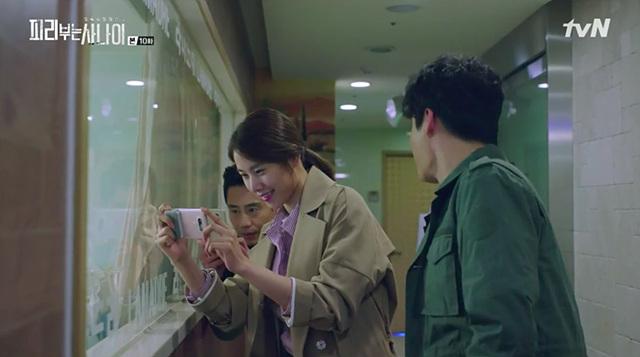tvN 드라마 '피리 부는 사나이'에서 배우 조윤희가 G5를 사용하여 아기의 사진을 찍고 있습니다.