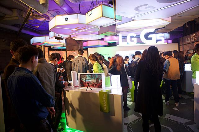 LG G5 론칭파티 체험관에 사람들로 가득찬 모습