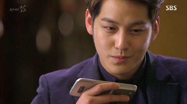 SBS 드라마 '미세스캅2'에서 배우 김범이 LG 캠플러스를 장착한 G5를 사용하고 있는 모습입니다.