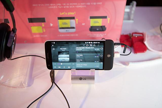 LG G5으로 음악 재생하는 모습