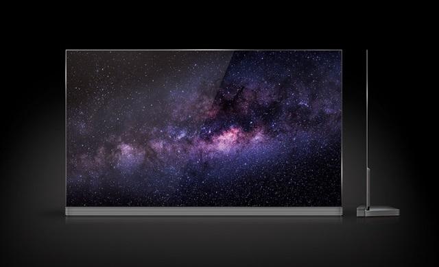 """LG 시그니처(LG SIGNATURE) 올레드 TV가 해외 주요 IT매체의 평가에서 잇달아 만점을 받았다. IT 전문매체들도 최고의 화질과 세련된 디자인에 찬사를 보내며 """"프리미엄의 혈통을 감안하면, 가격도 합리적""""이라고 호평했다. 65형 LG 시그니처 올레드 TV 제품"""