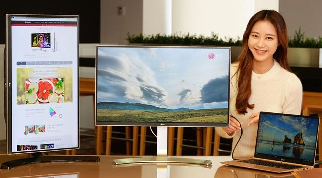 LG전자가 고해상도 컨텐츠를 완벽하게 보여주는 울트라HD 모니터 신제품 2종(모델명: 27UD88, 27UD68P)을 출시했다. 대표 제품(모델명: 27UD88, 사진 오른쪽 제품)은  USB 타입-C 단자를 세계 최초로 적용했다. 사용자가 이 단자를 이용해 모니터와 노트북을 연결하면 4K 화질의 영상, 사진 등을 모니터에서 볼 수 있고, 동시에 노트북을 충전할 수 있다. LG전자 모델이 서울 여의도 LG트윈타워에서 울트라HD 모니터 신제품을 소개하고 있다.