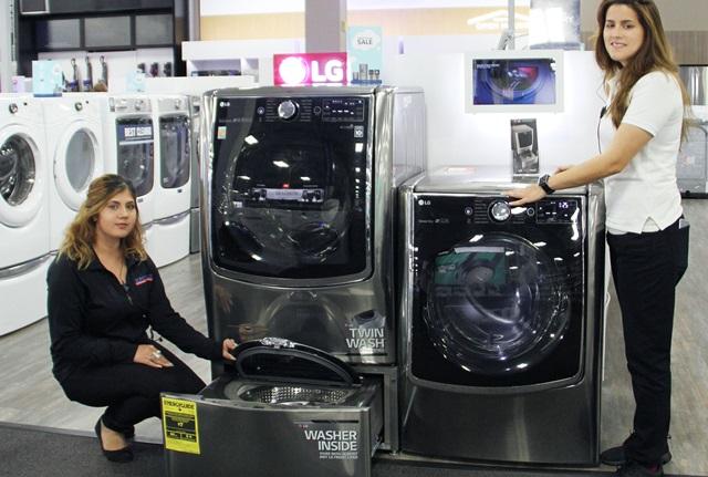 LG전자가 올해 1분기 미국 드럼세탁기 시장에서 1위를 기록하며 10년 연속 1위 달성의 청신호가 켜졌다. 미국 최대 유통업체인 베스트바이(Best Buy) 뉴저지 파라머스 매장에서 직원이 LG 트원워시를 소개하고 있다.