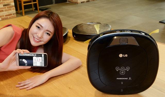 서울 영등포구 여의도동에 위치한 LG트윈타워에서 모델이 LG전자 로봇청소기의 최신 제품인 LG 로보킹 터보 플러스를 소개하고 있다.