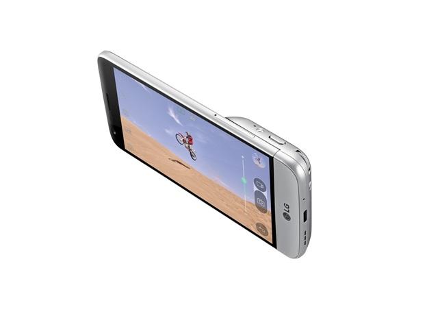 LG전자는 고객의견을 적극 반영해 'G5와 프렌즈' 출시 한 달만에 발 빠른 소프트웨어 업데이트를 27일부터 순차 진행한다. 'G5'와'캠 플러스' 구매자는 이번 업데이트로 색다른 즐거움을 경험할 수 있다. 사진은 DSLR 카메라 그립처럼 사용 가능한 모듈 '캠 플러스'를 'G5'에 장착한 모습.