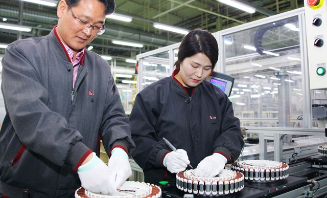 LG전자 직원이 경남 창원시 성산동에 위치한 모터 생산라인에서 드럼세탁기용 인버터 DD(다이렉트 드라이브(Direct Drive))모터를 분주히 생산하고 있다.