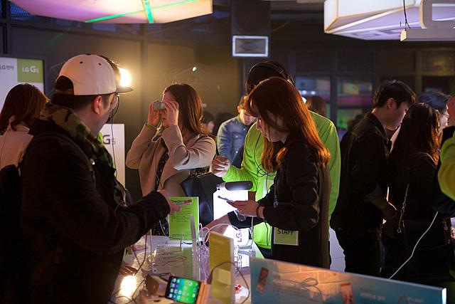 LG 360 VR 체험하는 관객들