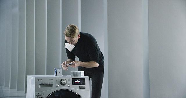 '카드 쌓기' 세계 기네스 기록 보유자인 브라이언 버그(Bryan Berg)가 LG전자 드럼세탁기에 카드탑을 쌓기 위해 준비하고 있습니다.