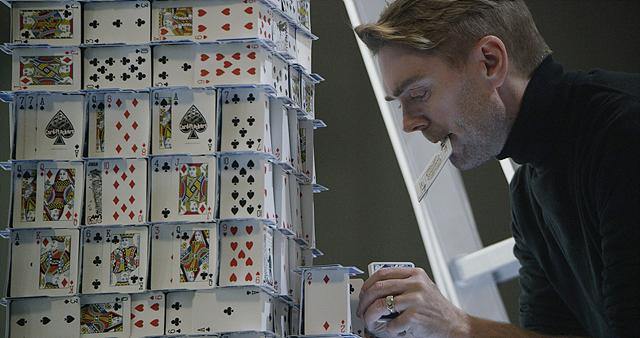 '카드 쌓기' 세계 기네스 기록 보유자인 브라이언 버그(Bryan Berg)가 카트탑을 쌓아 올리고 있는 모습입니다.