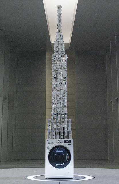 LG전자의 세탁기의 진동이 얼마나 없는지, 돌고 있는 LG 세탁기 위에 3.3m의 카드탑을 세워 기네스 인증도 받기도 했어요.