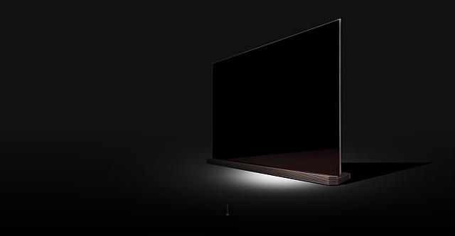 투명 강화유리를 적용해 고급스러운 느낌을 주는 LG SIGNATURE 올레드 TV