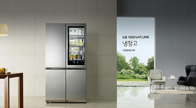 LG 시그니처 냉장고가 주방에 놓여있는 모습입니다.