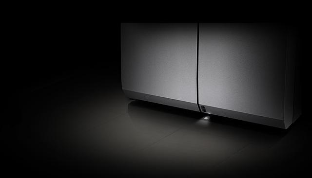 LG 시그니처 냉장고의 '오토 스마트 시스템'은 양손에 식재료나 그릇을 들고 있어서 냉장고 문을 열기 어려운 경우, 사용자가 가까이 다가오는 것을 인식해 상단의 오른쪽 냉장실 문을 자동으로 열어주고 3초 후에는 냉장실 문을 자동으로 닫아주는 기능입니다.