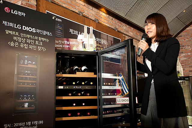 LG전자 냉장고마케팅팀 와인셀러 담당자 안나 대리님이 LG DIOS 와인셀러 제품에 대해 설명을 하는 모습입니다.