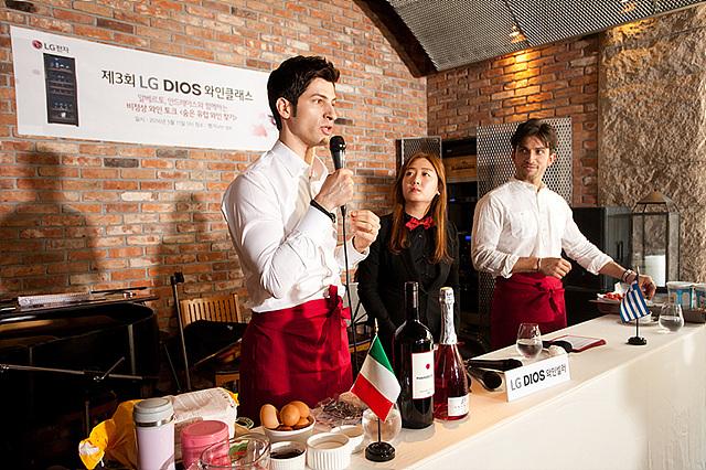알베르토와 안드레아스는 와인과 곁들일 수 있는 디저트를 직접 선보이는 모습입니다.