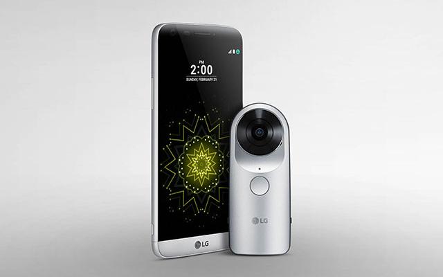 LG G5와 LG 360 캠이 나란히 진열되어 있는 모습