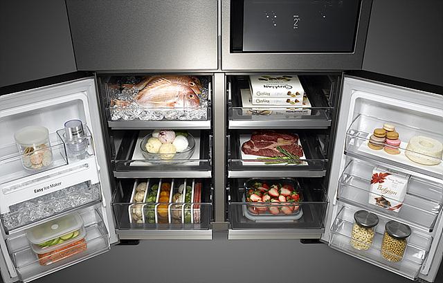 칸칸이 분리되어 다양한 음식재료를 담을 수 있는 LG 시그니처 냉장고의 모습입니다.