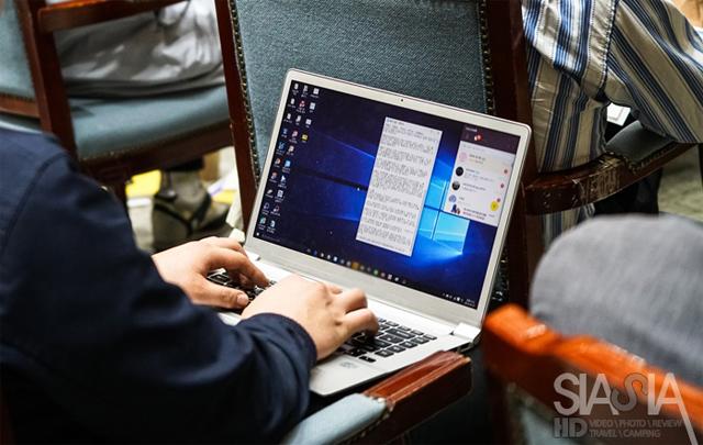 컨퍼런스에서 LG 롤리키보드 2를 사용하고 있는 모습입니다.