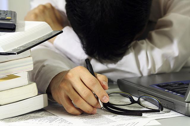 한 직장인이 업무에 지쳐 책상에 머리를 박고 쉬고 있는 모습입니다. 항상 열심히만 하는 리더, 그 리더의 구성원은 쉽게 지칠 수 있습니다.