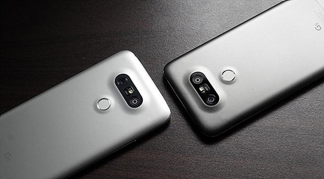 광각 카메라가 반영된 LG G5 뒷모습입니다.