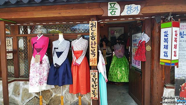 다양한 전통 한복을 빌려주는 한복 대여점의 모습