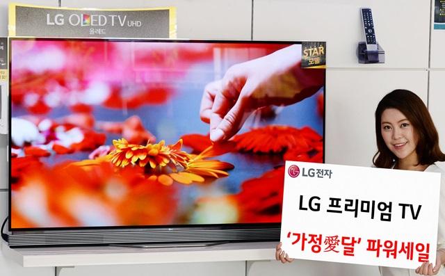 가정愛달 파워세일 - LG전자가 가정의 달을 맞아 프리미엄 TV를 실속 있게 구매할 수 있는 이벤트를 진행한다.시그니처 올레드 TV를 구입하면 LG 로봇청소기를 증정하고, LG 올레드 TV와 LG 슈퍼 울트라HD TV를 파격적인 가격으로 한정물량을 공급하는 등 다양한 혜택을 제공한다. 모델이 LG 베스트샵에서 '가정愛달 파워세일'을 소개하고 있다.