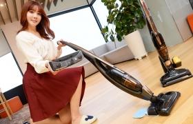 서울 영등포구 여의도동 LG트윈타워에서 모델이 강력한 먼지 흡입과 물걸레질을 동시에 할 수 있는 '코드제로 핸디스틱 터보 물걸레' 무선 청소기를 소개하고 있다.