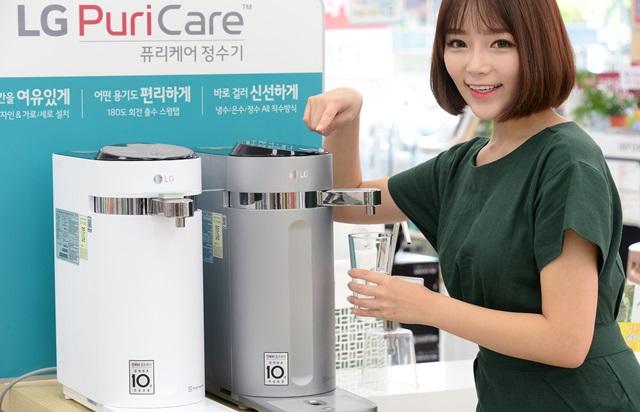 서울 강서구 공항대로에 위치한 LG전자 베스트샵 강서본점 매장에서 모델이 LG 퓨리케어 슬림 정수기 제품을 소개하고 있다.(퓨리케어 슬림 정수기 제품 이미지 포함)