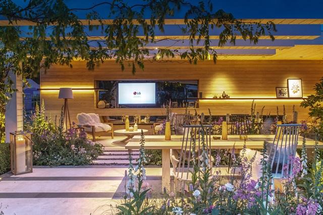 LG전자가 영국 왕립 원예협회가 주관하는 190년 전통 정원 박람회 '첼시 플라워 쇼(24~28일,런던)'에서 'LG 시그니처 스마트 가든'을 선보이며 프리미엄 마케팅에 나섰다. 'LG 시그니처' 올레드 TV가 다양한 관상식물과 어우러져 정원 디자인의 세련미를 극대화하고 있다 .