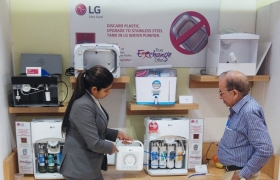인도에 위치한 LG전자 브랜드샵에서 LG전자 직원이 고객에서 LG 정수기를 소개하고 있다.