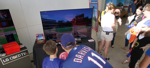 LG전자가 현지 시각 27일부터 29일까지 미국 텍사스州 텍사스 레인저스(Texas Rangers) 홈구장에 LG 올레드 TV를 체험할 수 있는 단독부스를 설치하고 메이저리그 야구팬들을 사로잡았다. LG 올레드 TV는 백라이트 없이 픽셀 하나하나가 정확하고 자연스러운 색을 구현하기 때문에 경기장에 와 있는 듯한 생동감을 느끼게 해 준다.