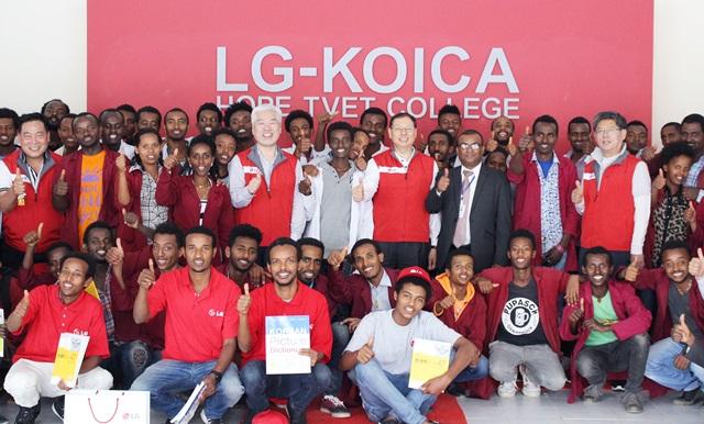 LG전자 조성진 대표이사(사장)가 지난주 에티오피아 LG 희망마을을 방문했다. LG-KOICA 희망직업훈련학교에서 단체사진 촬영을 하고 있다.