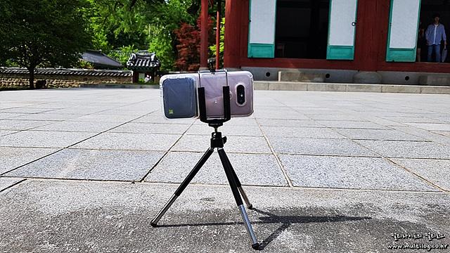 셀프 촬영을 위해 삼각대에 G5를 꽂은 모습