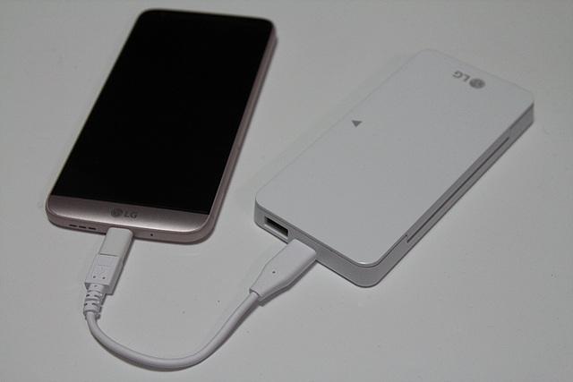 LG G5와 배터리팩의 모습입니다.