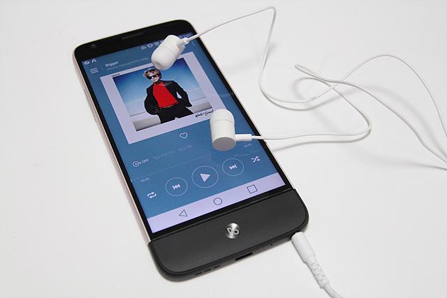 LG G5에 하이파이 플러스를 장착한 모습입니다.
