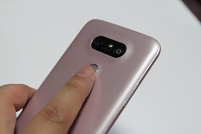 LG G5의 지문 인식 기능을 사용하고 있는 모습입니다.