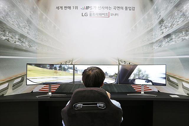 LG 34인치 울트라 와이드 모니터 3대를 나란히 이어 붙여 게임을 즐길 수 있는 체험존에는 게임을 좋아하시는 분들인 긴 줄을 서서 기다리고 계셨습니다.