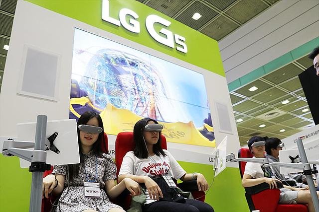 전시관 한쪽에서는 이러한 LG 360 VR을 착용하고 롤러코스터 체험을 해 볼 수 있는 체험존도 마련되어 있었습니다.