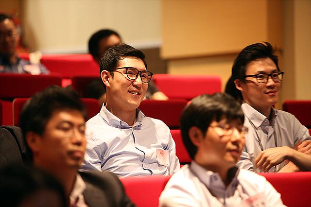 이그나이트 LG에 참석하여 강연을 듣고 있는 직원들 모습