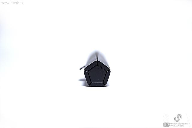 5열 키보드이기 때문에 말아 접었을 때 5각형 디자인을 갖고 있는 2세대 신형 롤리키보드의 모습입니다.