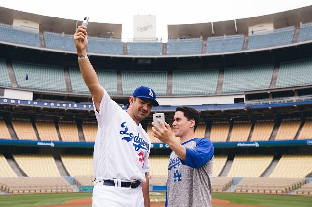 LG전자는 15일(현지시간) LA 다저스 홈구장 '다저 스타디움'에서 'LG G5 Day'를 개최해, 'G5와 프렌즈' 체험존, 이벤트 등 야구팬 대상으로 체험 마케팅을 전개했다. LG전자는 LA 다저스 간판 타자 '애드리언 곤잘레스'가 출연한 영상을 현장에서 깜짝 공개했다. 사진은 '애드리언 곤잘레스'가 열혈 야구팬과 함께 'G5와 프렌즈'를 들고 포즈를 취한 모습.