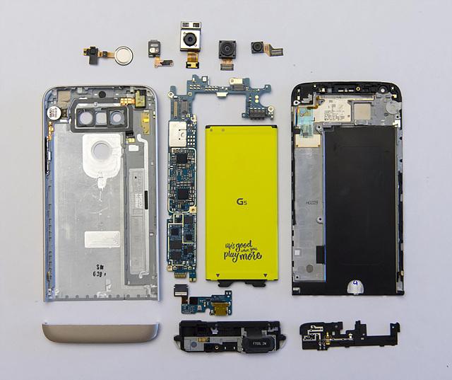LG G5를 깔끔하게 분해한 모습