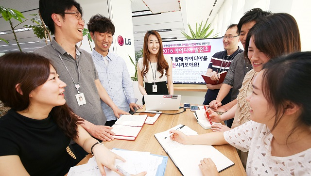 LG전자가 사외벤처 설립지원, 아이디어 발전소와 같은 다양한 오픈 이노베이션 활동을 통해 창의적 조직문화를 확산한다. LG전자 CTO부분 연구원들이 아이디어에 대해 자유롭게 토론하고 있다.
