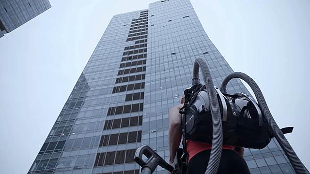 2015 US 익스트림 클라이밍 챔피언, 시에라 블레어 코일이 '코드제로 싸이킹'을 메고, 고층 빌딩을 쳐다보는 모습