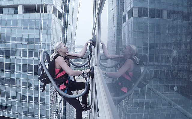 시에라 블레어 코일이 등에 코드제로 싸이킹이 멘 채, 33층 옥상까지 등반하고 있는 모습