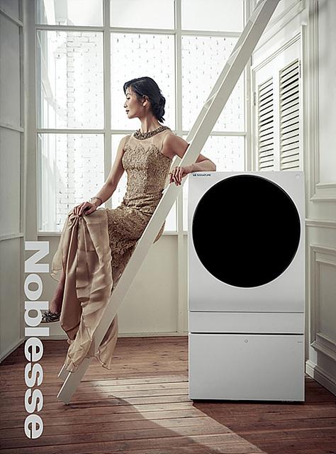 국립발레단 강수진 예술감독이 LG 시그니처 세탁기 옆에서 포즈를 취하고 있는 모습입니다.