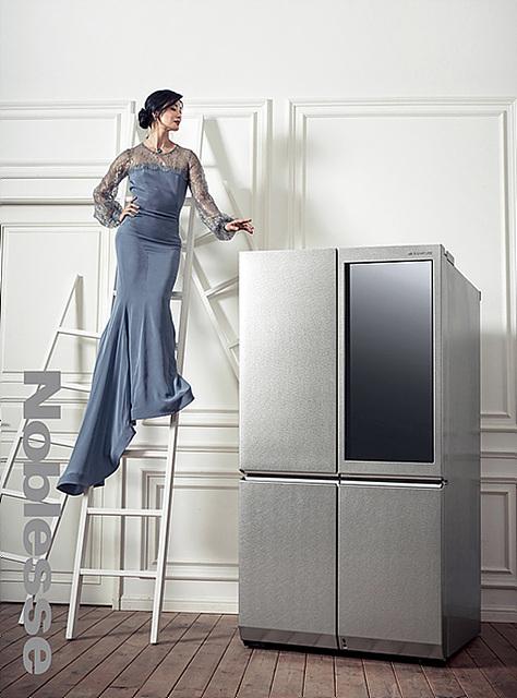 국립발레단 강수진 예술감독이 LG 시그니처 냉장고 옆에서 포즈를 취하고 있습니다.